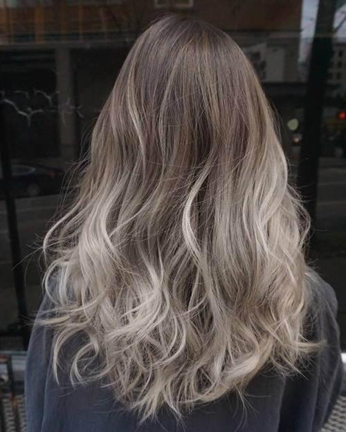 Nhuộm các màu sáng phải tẩy nhuộm nhiều lần khiến tóc khô xơ