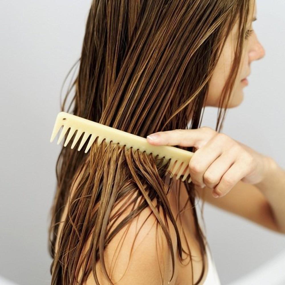 Chải tóc khi còn ướt là một trong những nguyên nhân gây rụng tóc