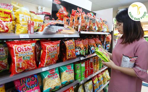 Khách hàng ưu chuộng những loại mặt hàng bánh kẹo đóng gói