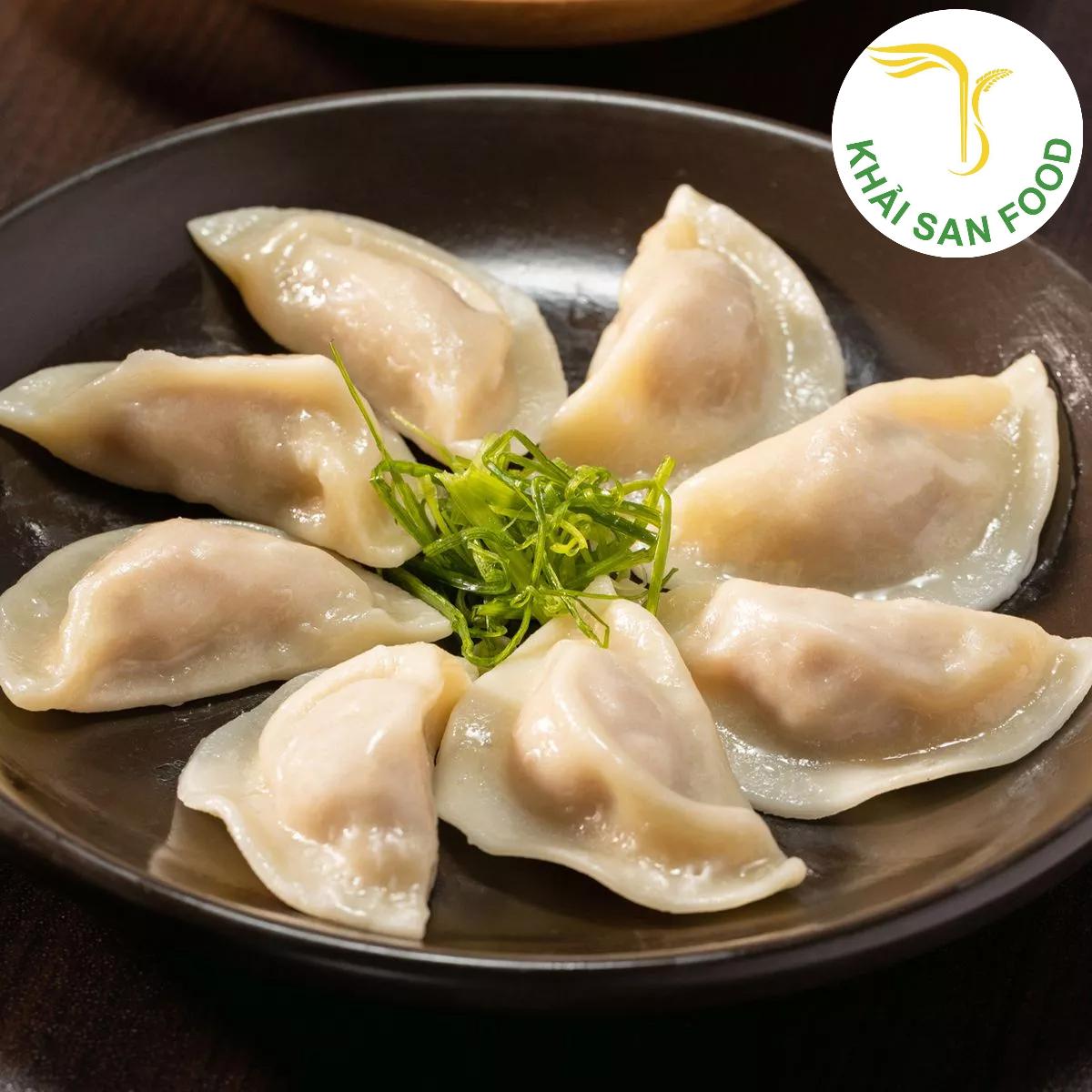 Bánh xếp mandu là một trong những loại bánh truyền thống của Hàn Quốc, đã và đang để lại nhiều ấn tượng cho người dùng Việt. Khi lớp vỏ bánh thơm dẻo, mỏng mềm, lớp nhân đầy đủ nguyên liệu bên trong cùng chén nước tương mặn nhẹ vừa dễ chế biến lại vừa đơn giản trong lối thưởng thức.