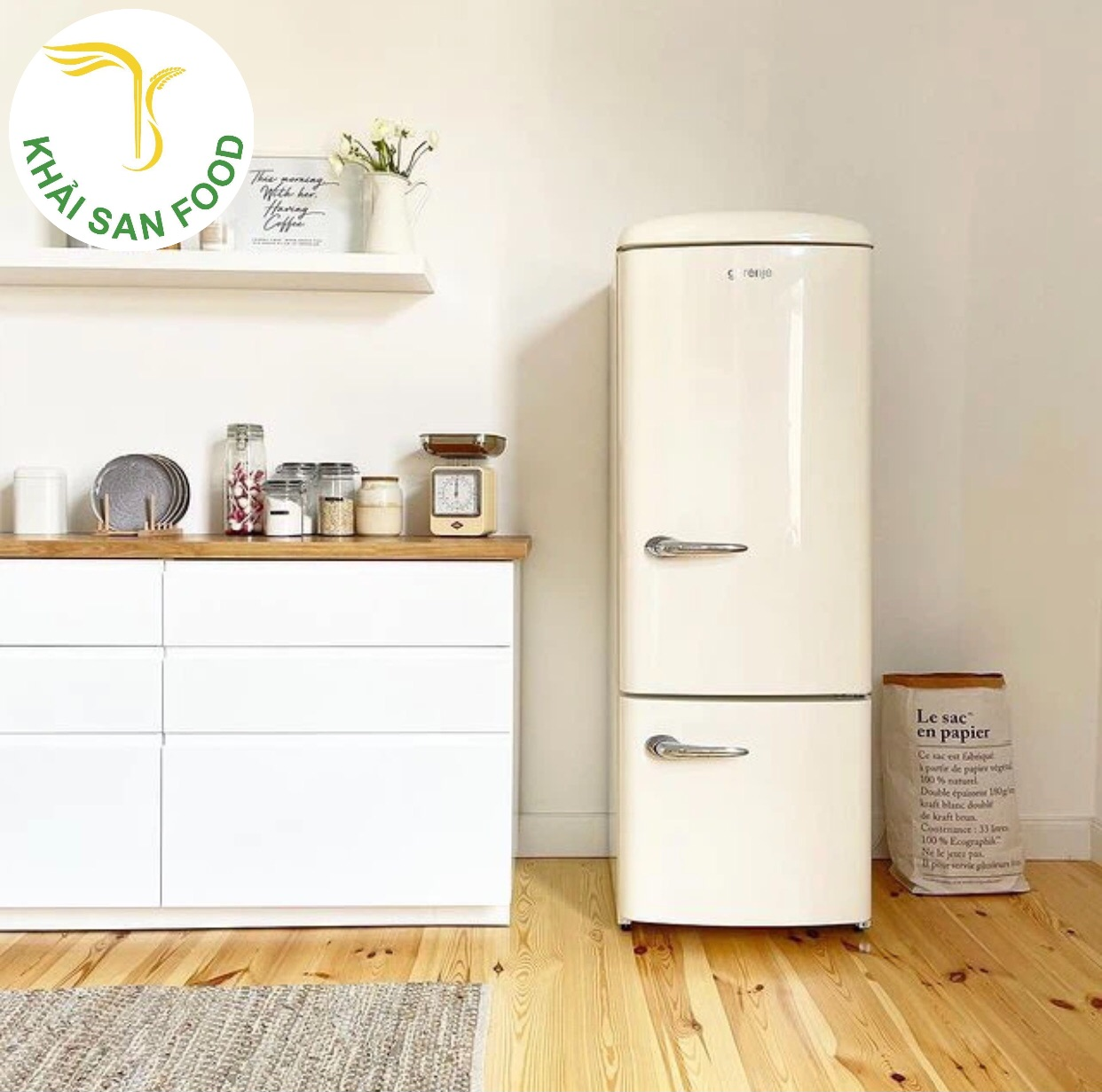Tủ lạnh độc lập 2 cánh với màu sắc đơn giản. Thiết kế nhỏ gọn, nhưng vô cùng khác biệt và mới lạ.