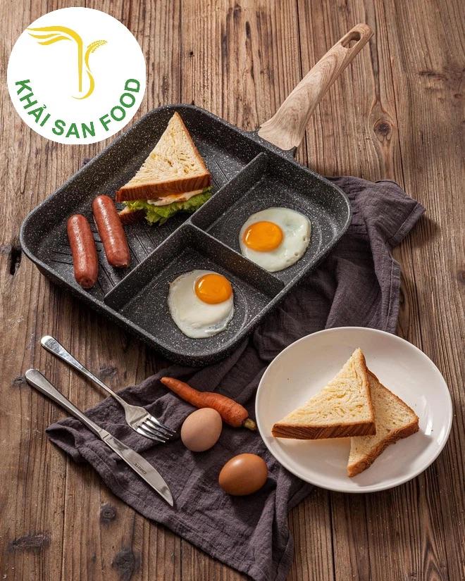 Một chiếc chảo lớn, với nhiều khung rán khác nhau. Bạn có thể vừa rán trứng, xúc xích, bánh mì,....Quả thật tiện lợi quá phải không này!